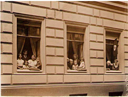 [photo of family in windows, Ohmstrasse 1]